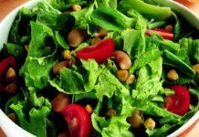 piatto di insalata lavata accuratamente